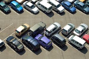 Parkverbotsschilder und Halteverbotsschilder sehen unterschiedlich aus.