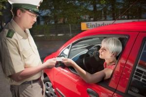Bei einer Verkehrskontrolle sollten Sie sich an die Anweisungen des Beamten halten.