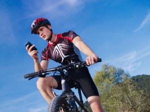 Handy benutzen beim Fahrradfahren