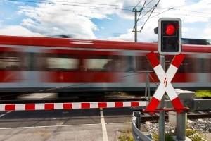 Ein Andreaskreuz weist auf einen Bahnübergang hin.