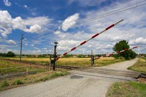 An einen Bahnübergang sollten Sie mit mäßiger Geschwindigkeit heranfahren.