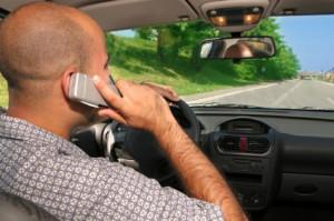 Mit dem Handy am Steuer telefonieren