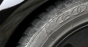 Durch den Einsatz von Winterreifen im Sommer verlängert sich der Bremsweg und der Benzinverbrauch steigt