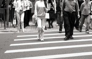 Grüner Pfeil: Beim Abbiegen müssen Sie besonders auf Fußgänger und Radfahrer achten.
