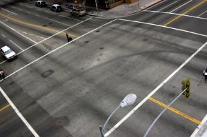 Kreuzung: Ein grüner Pfeil dient der zusätzlichen Verkehrsregelung.