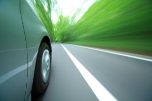 Auto fährt links neben einer Fahrbahnbegrenzung