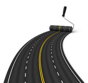 Straße mit verdeutlichter Fahrstreifenbegrenzung und Fahrbahnbegrenzung