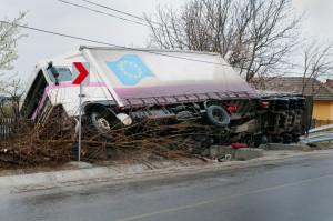 Bei einem LKW-Unfall die Kontrolle über das Fahrzeug zu behalten, ist schwierig