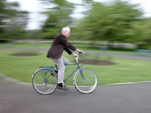Unfall mit dem Fahrrad: Gerade ein Crash zwischen einem Rad und einem Auto kann schlimme Folgen haben. Fahren Sie also aufmerksam!