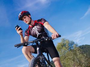 Auf dem Fahrrad das Handy zu benutzen, ist verboten.