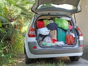 Passen Güter nicht mehr in den Kofferraum und sollen mit dem Anhänger transportiert werden, muss auf die Anhängelasten des Pkw geachtet werden.