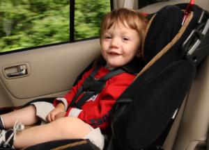 Anschnallpflicht und Kindersitz erhöhen die Sicherheit im Straßenverkehr für Babys und Kinder.