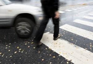 Bußgeld: Wird am Zebrastreifen der Vorrang der Fußgänger missachtet, kostet dies mindestens 80 Euro.