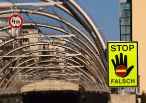 Falschfahrer bemerken meist erst spät ihr Fehlverhalten. Warnschilder soll hier Abhilfe schaffen.