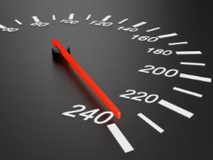 Die Geschwindigkeit außerorts mit dem Anhänger ist in der Regel auf 80 km/h beschränkt.