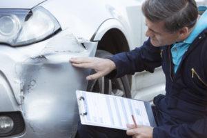 Nach einem Unfall wird der Restwert von einem Kfz-Gutachter ermittelt.