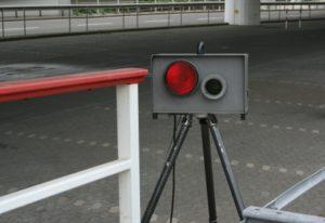 Ein Geschwindigkeitsmessgerät wird auch Blitzer genannt und dient der Tempokontrolle.