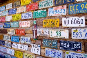 Nummernschilder können in anderen Länder unterschiedlich aussehen.