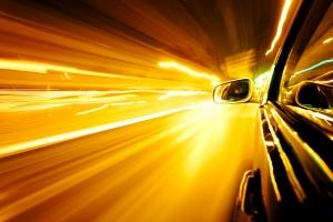 Wer auf der Autobahn geblitzt wird, muss mit einem Bußgeld, Punkten oder einem Fahrverbot rechnen.