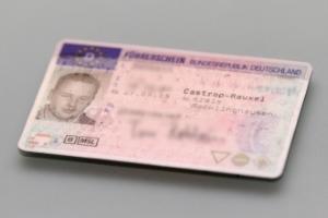 Beim Führerscheinentzug im Ausland nehmen die Behörden das Dokument in Verwahrung und senden dieses nach Deutschland.