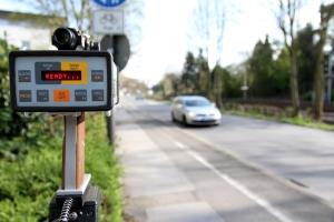 Egal ob Stadtverkehr oder Landstraße: Wer die Geschwindigkeitsbegrenzung missachtet, muss mit Sanktionen rechnen.
