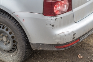 Verlassen Sie den Unfallort nach einem Parkrempler, kann Fahrerflucht vorliegen.