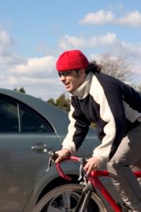 Beim Überholen ist der seitliche Mindestabstand zwischen Auto und Fahrrad einzuhalten.